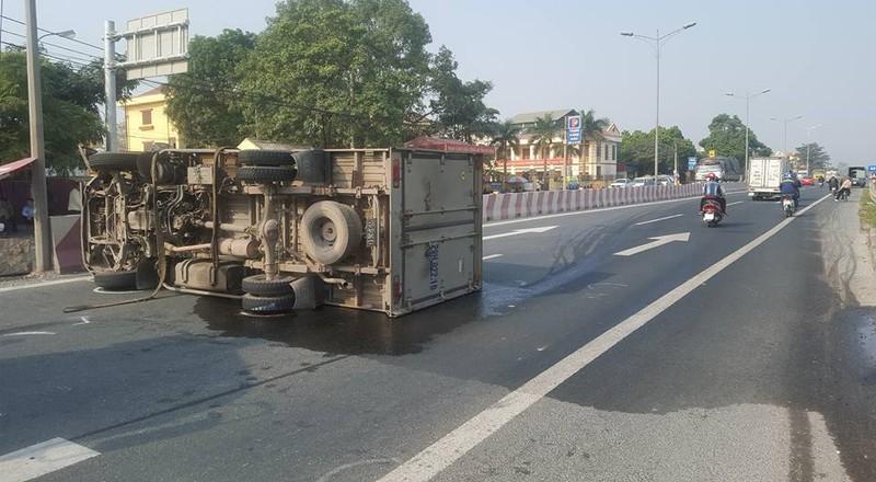 Lao vào dải phân cách, xe tải nằm chắn ngang quốc lộ - ảnh 1