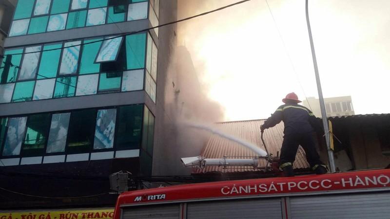 Hà Nội: Khói cuồn cuộn bốc lên từ ngôi nhà 2 tầng - ảnh 3