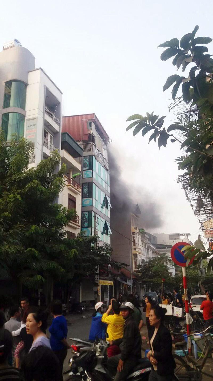 Hà Nội: Khói cuồn cuộn bốc lên từ ngôi nhà 2 tầng - ảnh 1