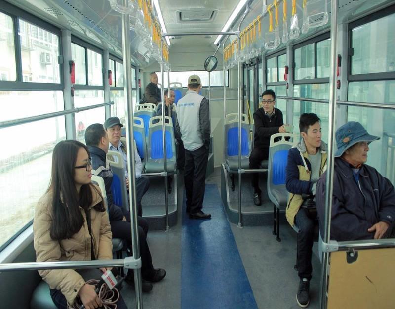 Trong buổi vận hành kỹ thuật chiếc xe buýt nhanh vào sáng nay, nhiều người dân đã  có mặt, lên xe để cùng tham gia trải nghiệm.