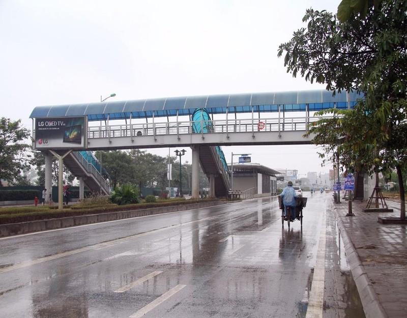 Tại một số nhà chờ tại đường Lê Văn Lương, Tố Hữu, Lê Trọng Tấn trong buổi sáng nay...