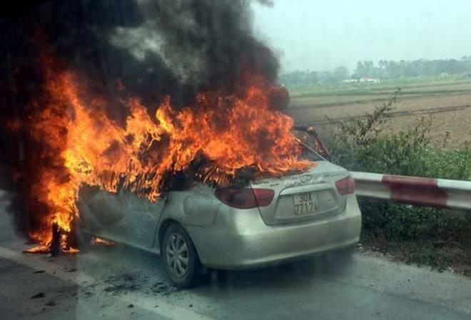 Xe ô tô bốc cháy nghi ngút trên đường cao tốc - ảnh 1