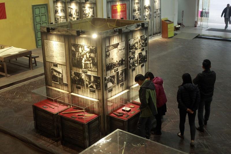 Trưng bày 200 tài liệu, hiện vật 'Sống mãi với Thủ đô' - ảnh 1