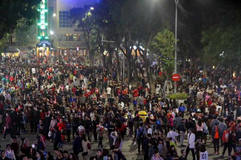 Người dân nô nức xuống phố mừng đón giáng sinh - ảnh 2
