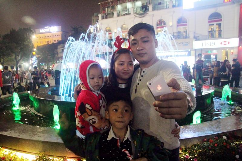 Người dân nô nức xuống phố mừng đón giáng sinh - ảnh 6