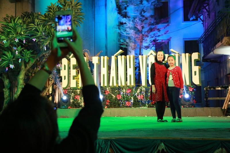 Người dân nô nức xuống phố mừng đón giáng sinh - ảnh 7