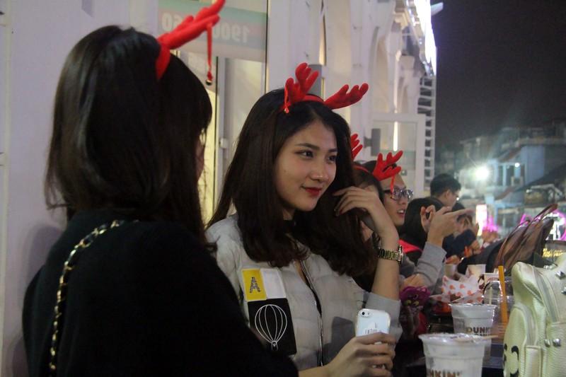 Người dân nô nức xuống phố mừng đón giáng sinh - ảnh 8