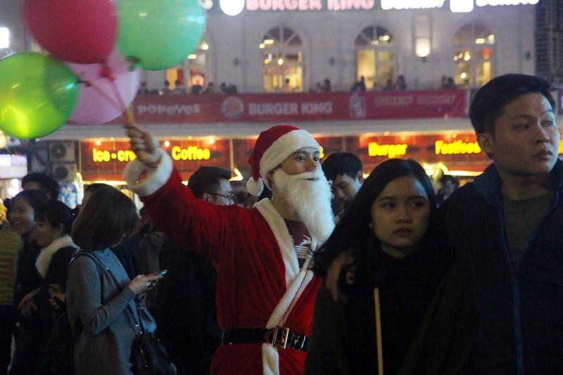 Người dân nô nức xuống phố mừng đón giáng sinh - ảnh 10