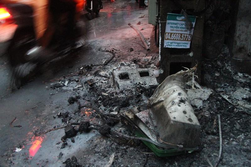 Cột điện bốc cháy dữ dội giữa trời mưa - ảnh 4