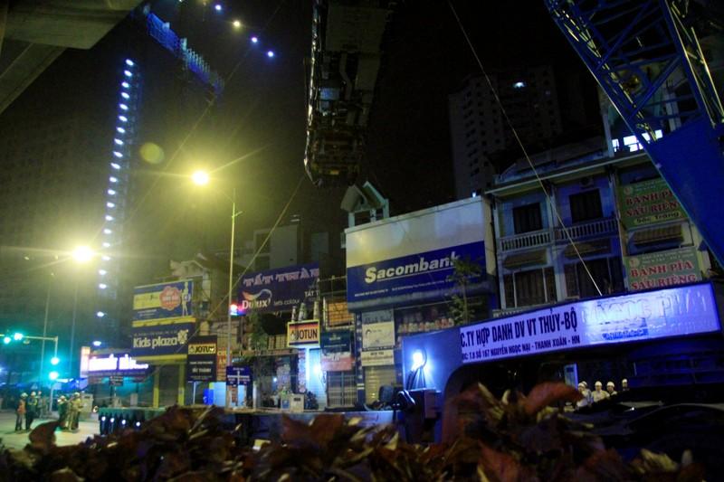 Trong đêm cẩu 3 toa tàu Cát Linh lên ray - ảnh 11