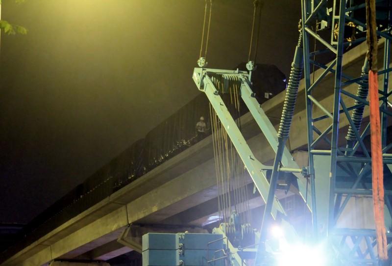 Trong đêm cẩu 3 toa tàu Cát Linh lên ray - ảnh 15