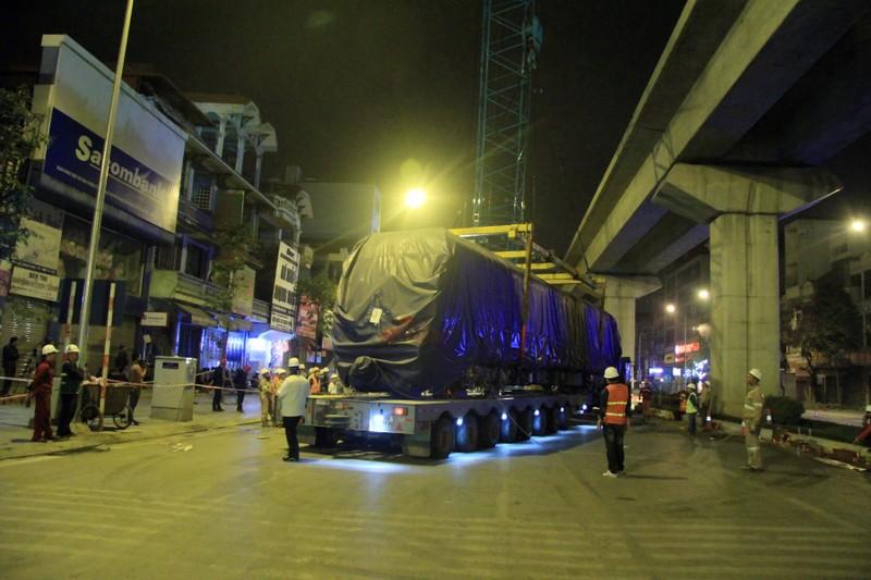 Trong đêm cẩu 3 toa tàu Cát Linh lên ray - ảnh 4