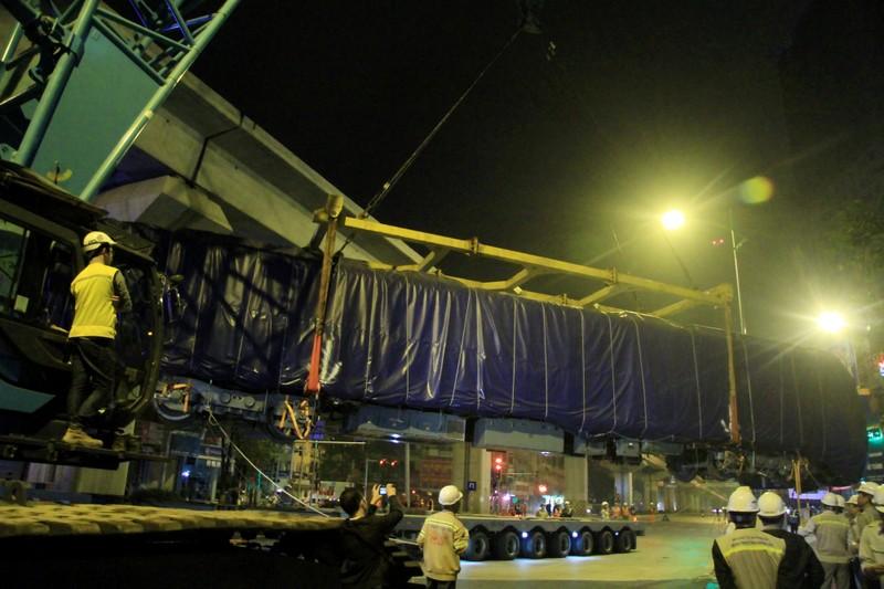Trong đêm cẩu 3 toa tàu Cát Linh lên ray - ảnh 6