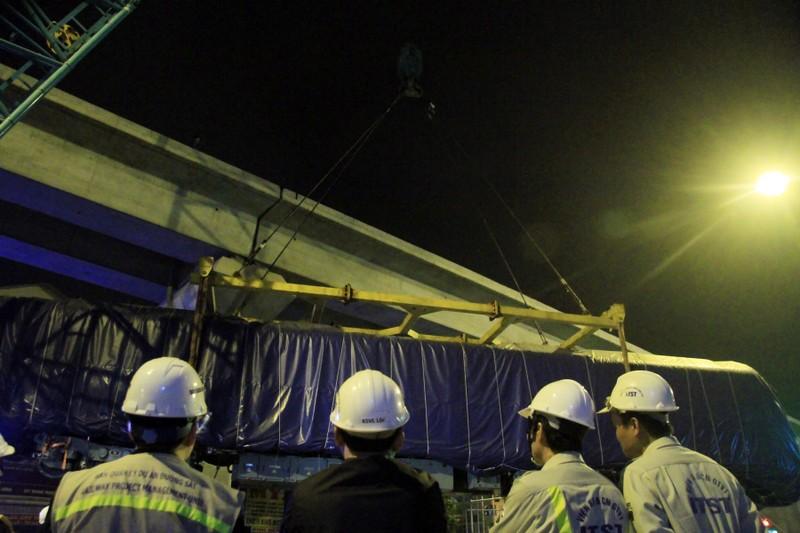 Trong đêm cẩu 3 toa tàu Cát Linh lên ray - ảnh 7
