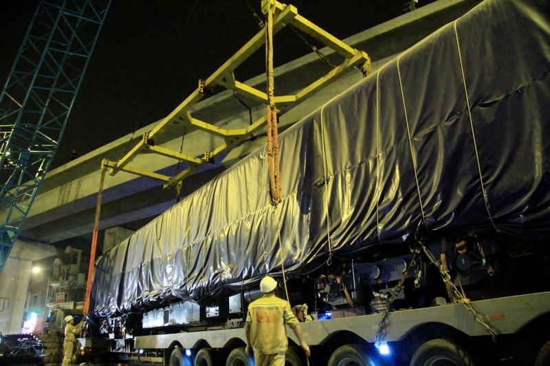 Trong đêm cẩu 3 toa tàu Cát Linh lên ray - ảnh 1