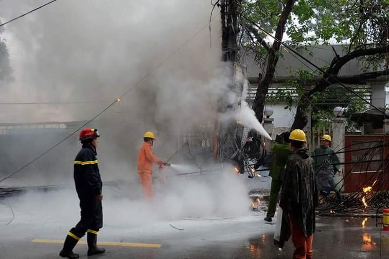 Cột điện bất ngờ bốc cháy dữ dội ở quận Ba Đình - ảnh 2