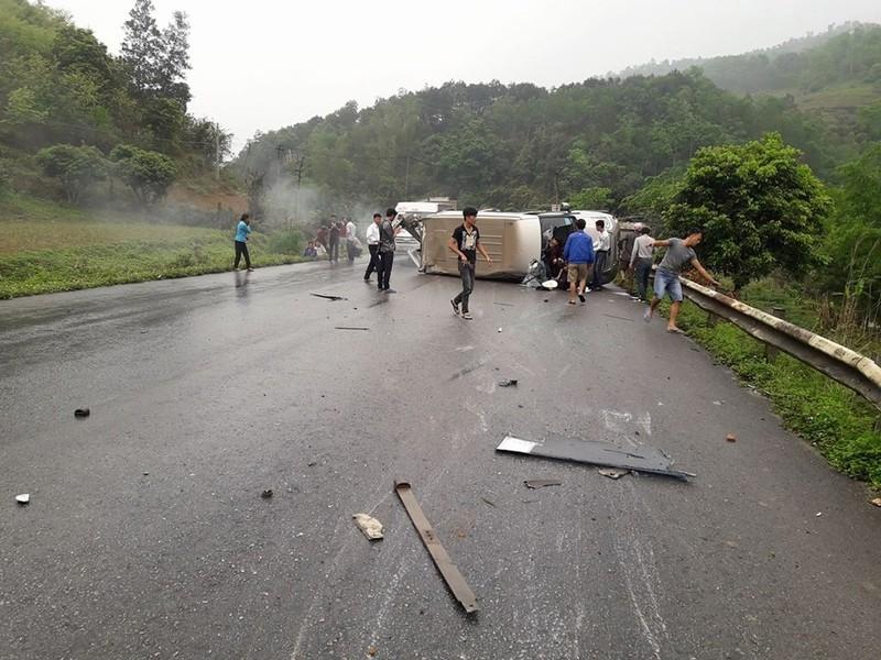 Xe khách lật ngang trên quốc lộ, 6 người bị thương - ảnh 1
