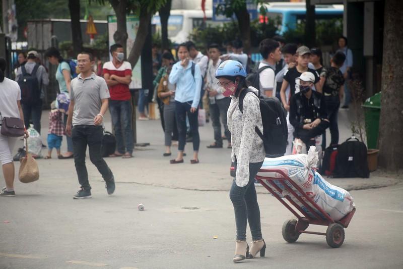 Người dân lỉnh kỉnh đổ về thủ đô sau dịp nghỉ lễ - ảnh 2