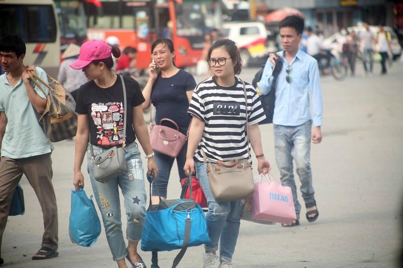 Người dân lỉnh kỉnh đổ về thủ đô sau dịp nghỉ lễ - ảnh 4