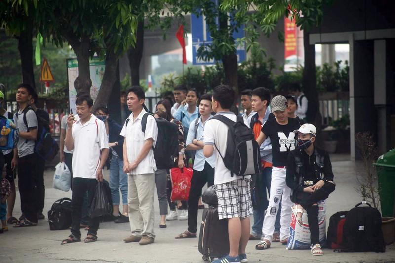 Người dân lỉnh kỉnh đổ về thủ đô sau dịp nghỉ lễ - ảnh 5