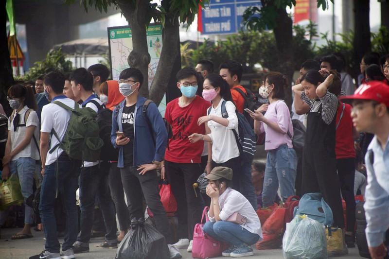 Người dân lỉnh kỉnh đổ về thủ đô sau dịp nghỉ lễ - ảnh 6