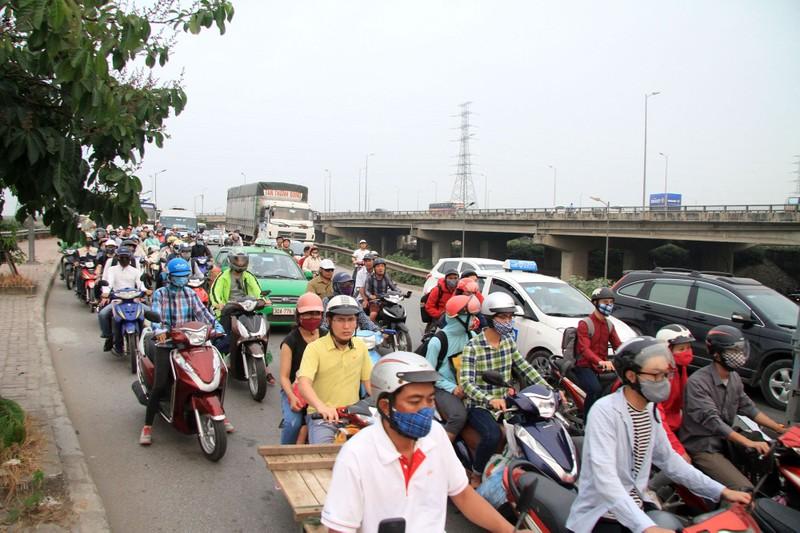 Người dân lỉnh kỉnh đổ về thủ đô sau dịp nghỉ lễ - ảnh 11