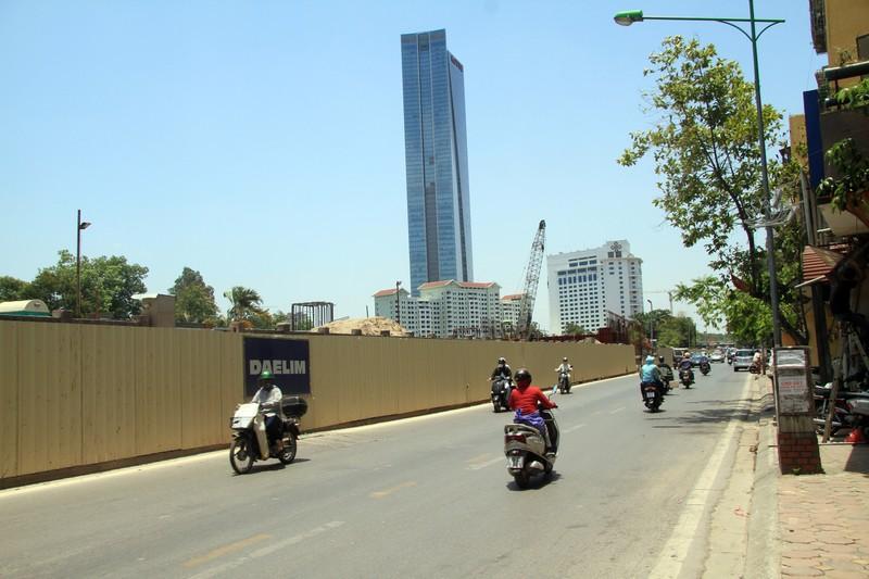 Dân đội nắng đi qua những con đường từng chặt hạ cây - ảnh 3