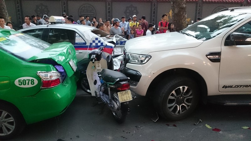 Ô tô tông liên hoàn các phương tiện, 2 người nhập viện  - ảnh 2