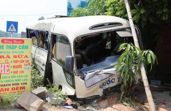 Va chạm với xe tải, 24 người trên xe khách bị thương - ảnh 1