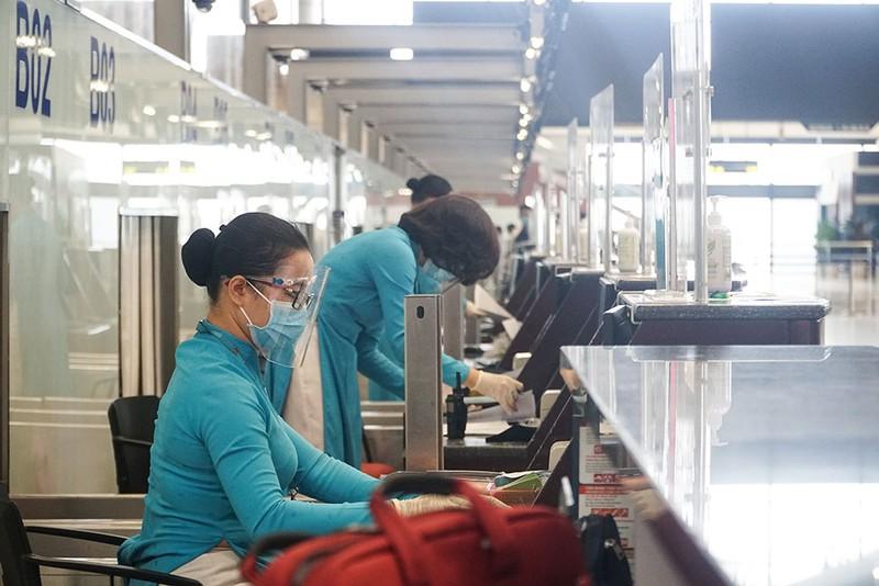 Cận cảnh sân bay Nội Bài ngày đầu mở cửa đón khách trở lại - ảnh 3