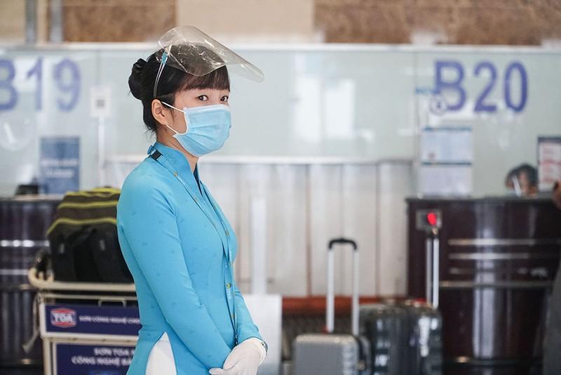 Cận cảnh sân bay Nội Bài ngày đầu mở cửa đón khách trở lại - ảnh 2