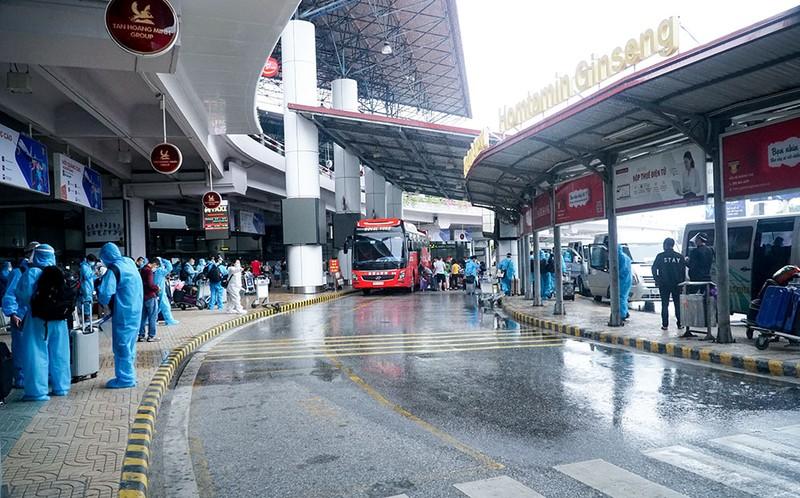 Những hành khách đầu tiên từ sân bay Nội Bài vào TP.HCM - ảnh 9