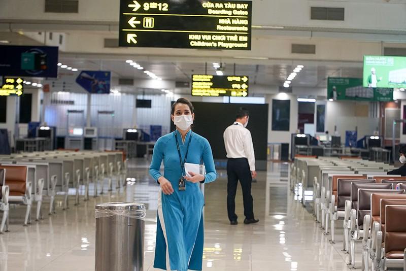 Những hành khách đầu tiên từ sân bay Nội Bài vào TP.HCM - ảnh 7
