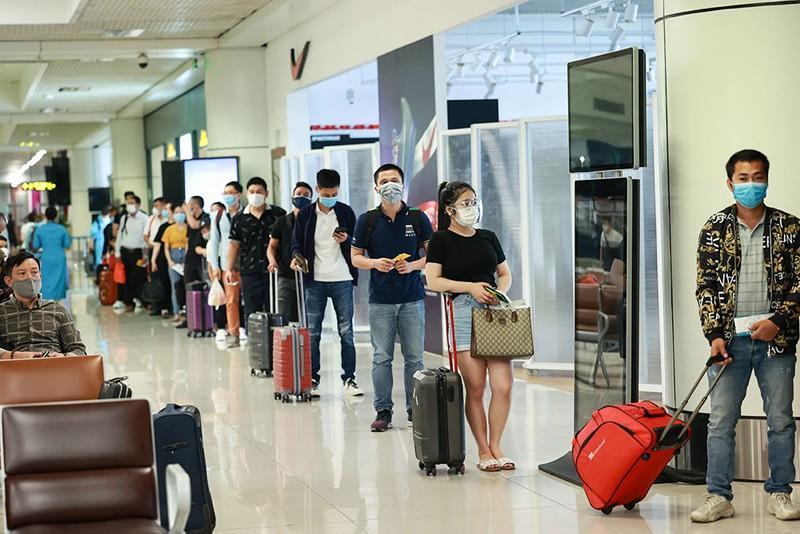Những hành khách đầu tiên từ sân bay Nội Bài vào TP.HCM - ảnh 1
