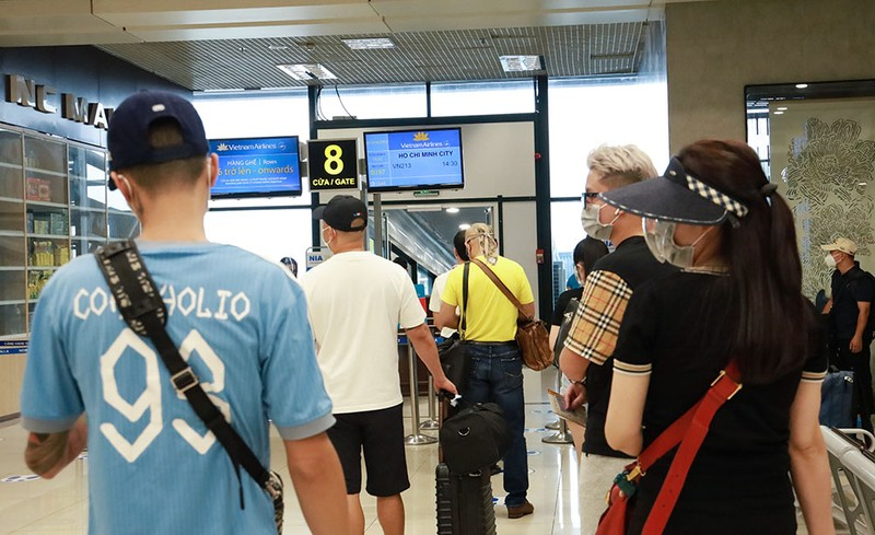 Những hành khách đầu tiên từ sân bay Nội Bài vào TP.HCM - ảnh 2