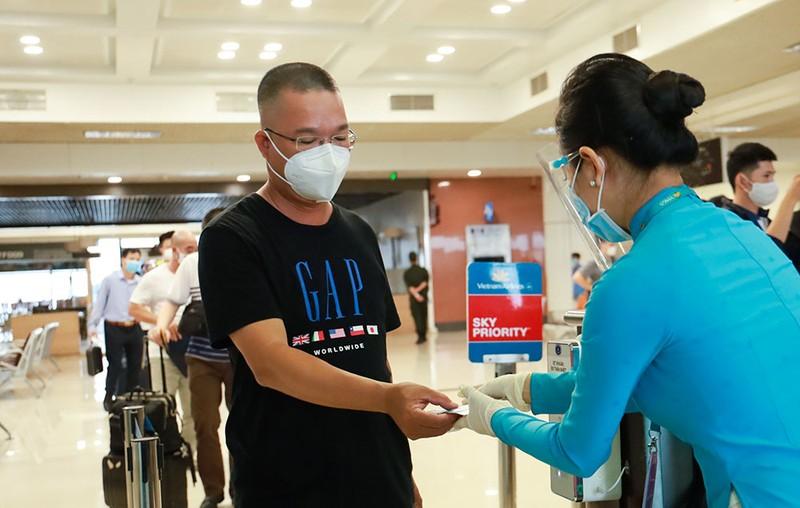 Những hành khách đầu tiên từ sân bay Nội Bài vào TP.HCM - ảnh 5