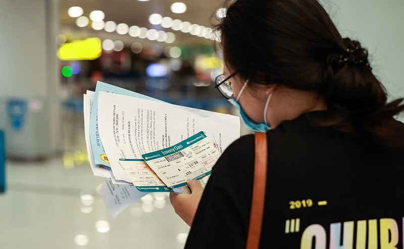 Những hành khách đầu tiên từ sân bay Nội Bài vào TP.HCM - ảnh 6