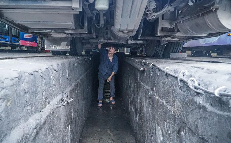 Chùm ảnh: Những chiếc xe buýt ở Hà Nội nổ máy sẵn sàng cho ngày hoạt động lại - ảnh 9