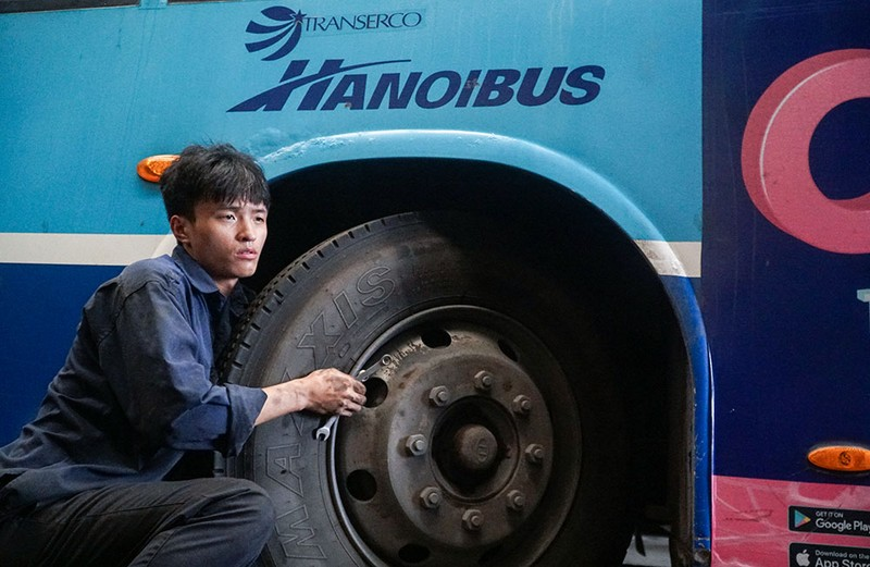 Chùm ảnh: Những chiếc xe buýt ở Hà Nội nổ máy sẵn sàng cho ngày hoạt động lại - ảnh 11