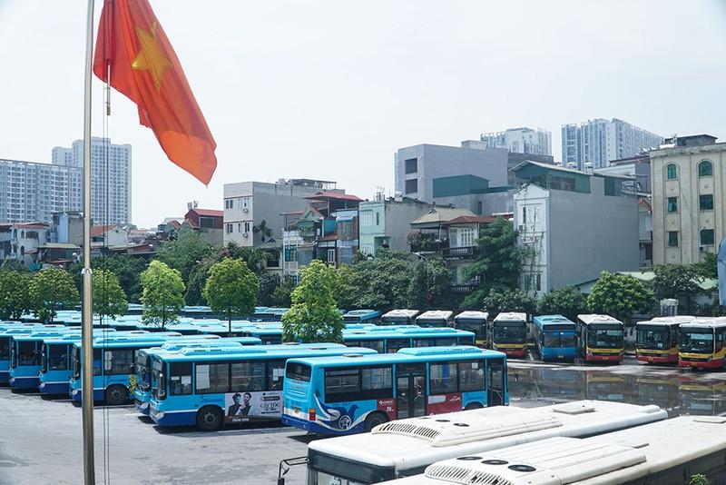 Chùm ảnh: Những chiếc xe buýt ở Hà Nội nổ máy sẵn sàng cho ngày hoạt động lại - ảnh 1