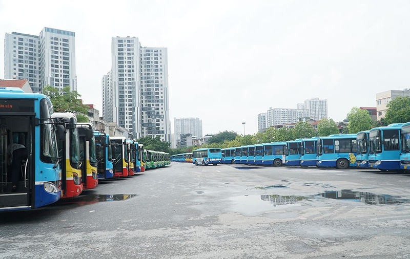 Chùm ảnh: Những chiếc xe buýt ở Hà Nội nổ máy sẵn sàng cho ngày hoạt động lại - ảnh 2
