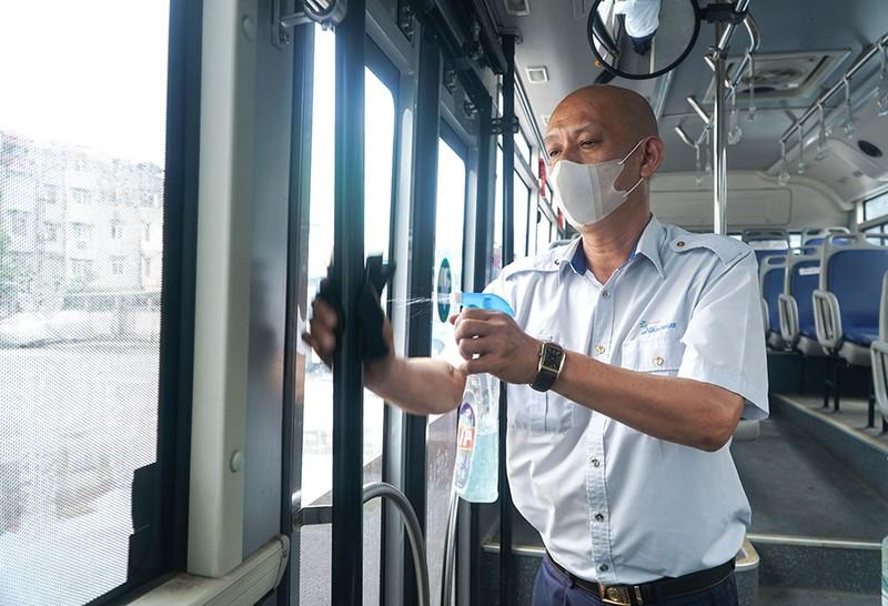 Chùm ảnh: Những chiếc xe buýt ở Hà Nội nổ máy sẵn sàng cho ngày hoạt động lại - ảnh 4