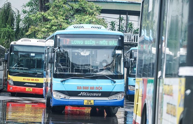 Chùm ảnh: Những chiếc xe buýt ở Hà Nội nổ máy sẵn sàng cho ngày hoạt động lại - ảnh 5