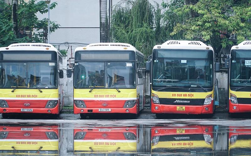 Chùm ảnh: Những chiếc xe buýt ở Hà Nội nổ máy sẵn sàng cho ngày hoạt động lại - ảnh 6