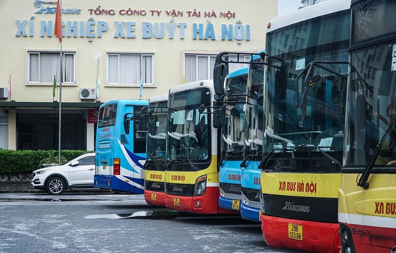 Chùm ảnh: Những chiếc xe buýt ở Hà Nội nổ máy sẵn sàng cho ngày hoạt động lại - ảnh 7