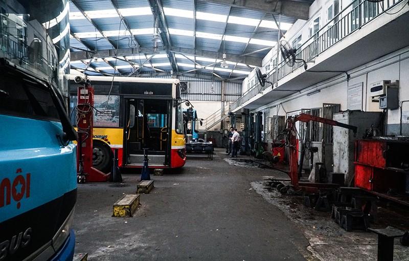Chùm ảnh: Những chiếc xe buýt ở Hà Nội nổ máy sẵn sàng cho ngày hoạt động lại - ảnh 8