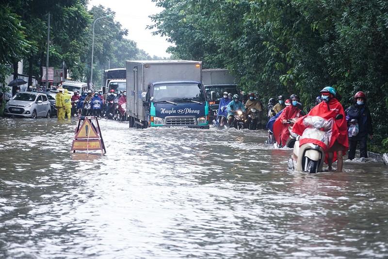 Hà Nội: Đại lộ Thăng Long hóa 'sông', nhiều phương tiện chết máy - ảnh 3
