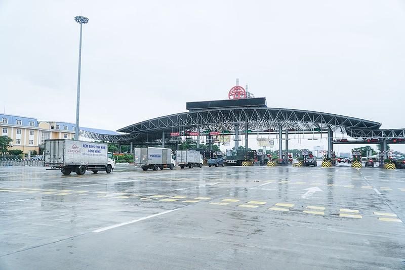 Người dân vẫn phải đội mưa để khai báo y tế khi ra vào thành phố Hà Nội - ảnh 1