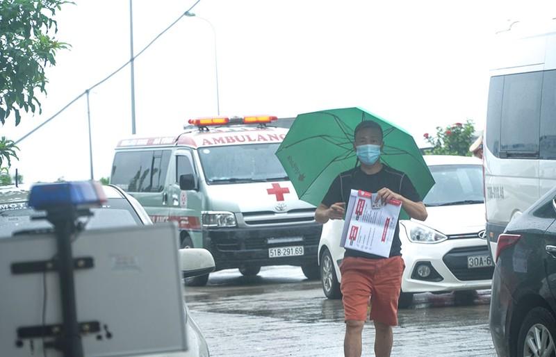 Người dân vẫn phải đội mưa để khai báo y tế khi ra vào thành phố Hà Nội - ảnh 3
