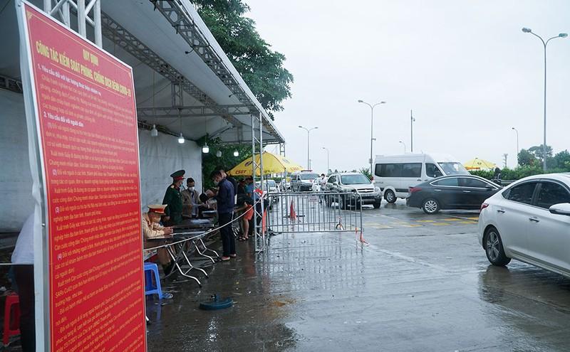 Người dân vẫn phải đội mưa để khai báo y tế khi ra vào thành phố Hà Nội - ảnh 2